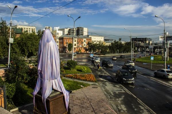 Памятник Николаю II и цесаревичу Алексею вечером 1 августа