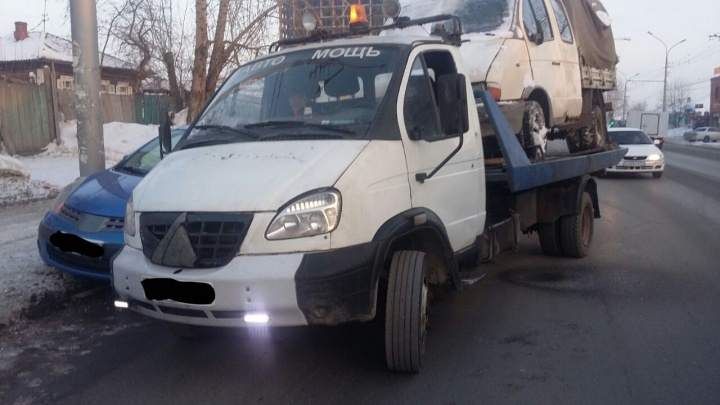 Водитель эвакуатора врезался в иномарку в Октябрьском районе