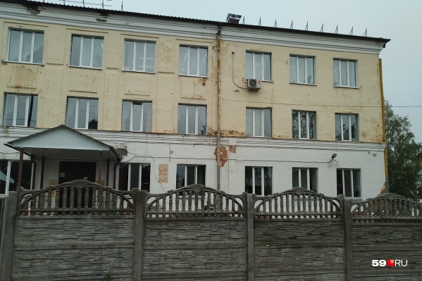 Это здание психоневрологического интерната в Оханске, откуда недавно впервые выпустился человек