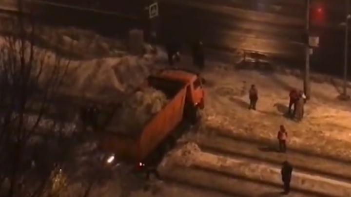 Застрял на трамвайных путях: в Самаре пешеходы выкопали из сугроба самосвал со снегом