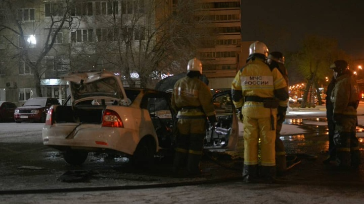Арендованное авто сгорело на парковке: приехавший на заработки таксист лишился денег и документов