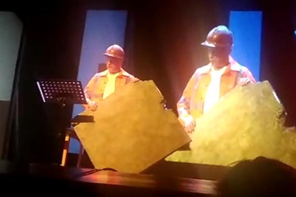 Михаил Ефремов вышел на сцену в образе строителя и с плиткой в руках