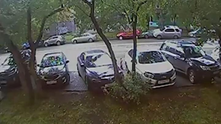 Появилось видео ДТП в центре Екатеринбурга, где семейная пара устроила гонки и разбила чужую машину