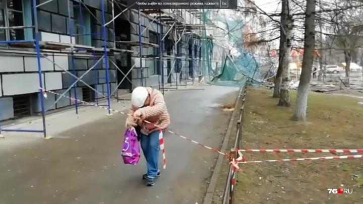 Домашние дела важнее жизни: в Ярославле люди бегают в дом, где рухнули строительные леса. Видео