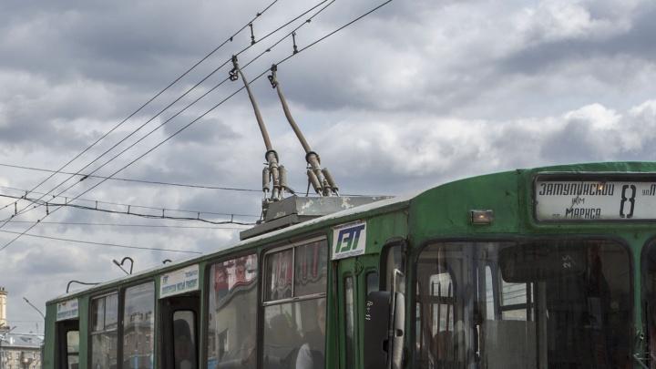 «Оторваться от ступенек не могла»: сибирячку ударило током в троллейбусе