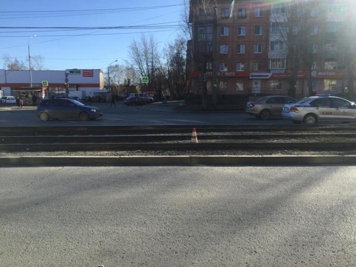 Школьник не удержался во время движения трамвая и упал