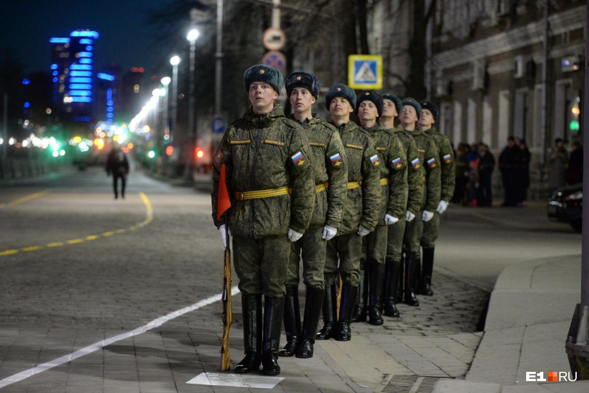 Боевые собаки и звон колоколов: смотрим, как на площади 1905 года репетировали парад Победы