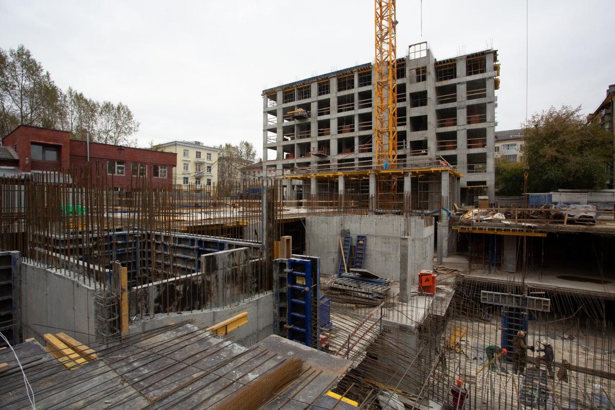 Строители начали поднимать седьмой этаж