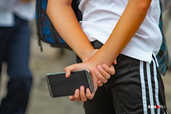 Двое подростков отдали злоумышленникам свои телефоны
