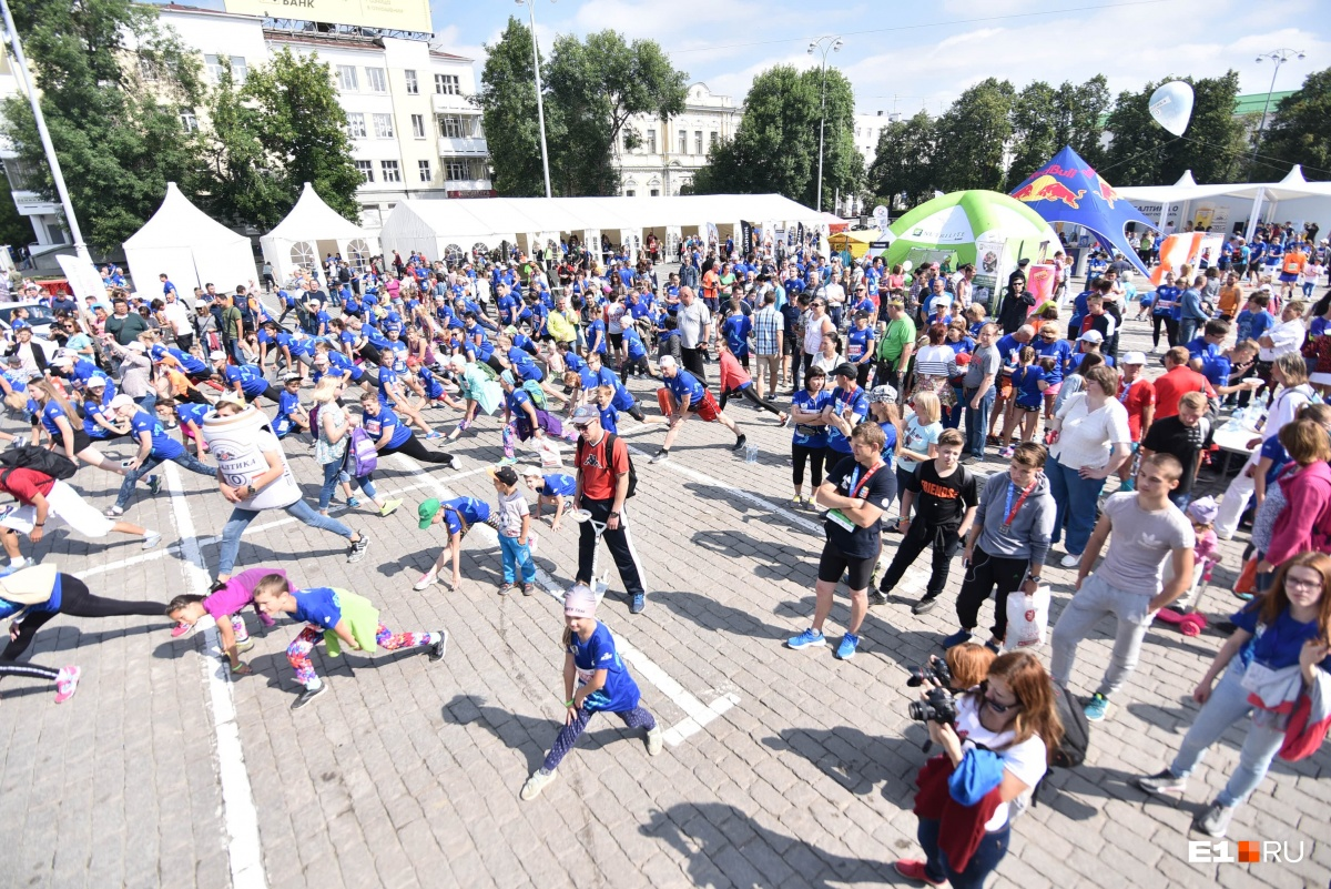 Марафон в режиме онлайн: семь тысяч бегунов на шесть часов захватили центр Екатеринбурга