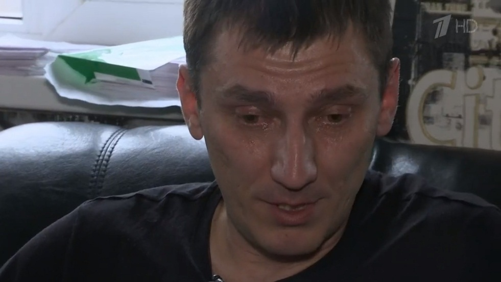 Евгений не в силах сдержать слез, говоря о любимой женщине и дочке, которую он так и не смог обнять