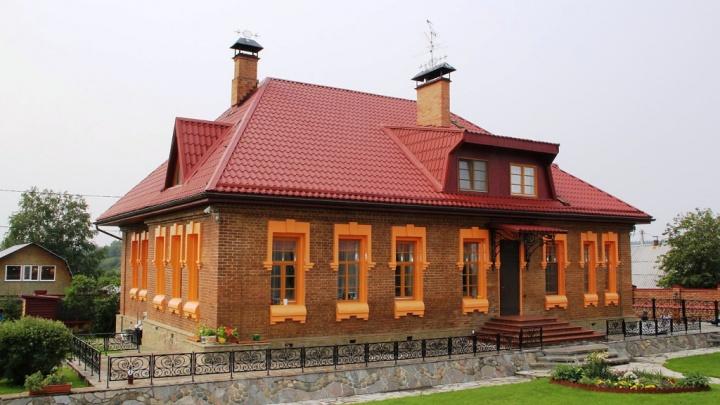 В черте Екатеринбурга выставили на продажу купеческий дом с коллекцией самоваров