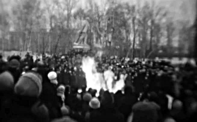 Архивное видео: новосибирцы жгут огромный костёр в Центральном парке полвека назад