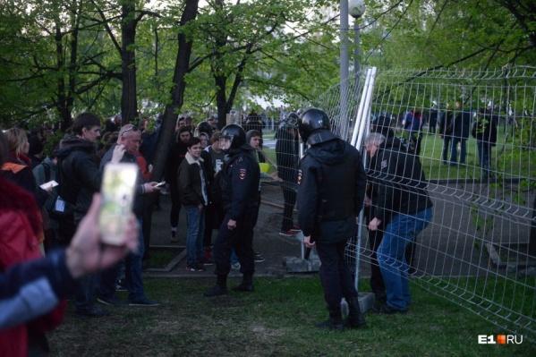 Полицейские в сквере у Драмы в мае