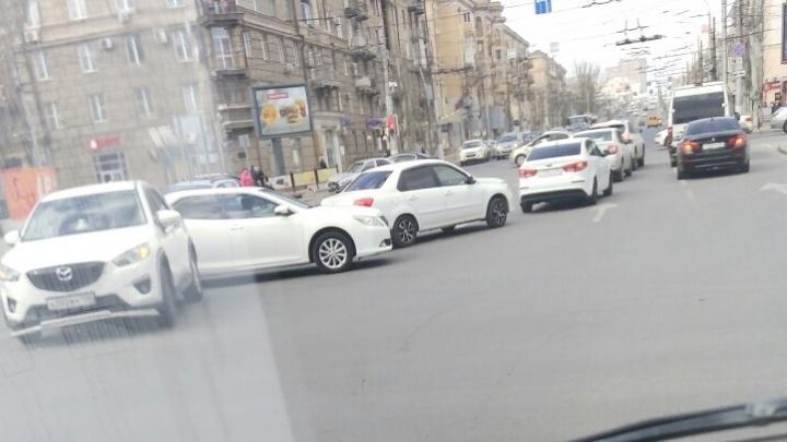 И это не флешмоб: на опасном перекрестке в центре Волгограда произошло второе за день ДТП