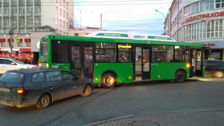 На Малышева - 8 Марта в рейсовый автобус въехал водитель Toyota