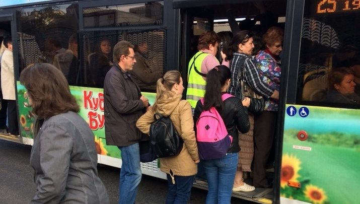 «Не влезть»: после отмены автобуса волгоградцы встали в длинную «пробку» на остановке