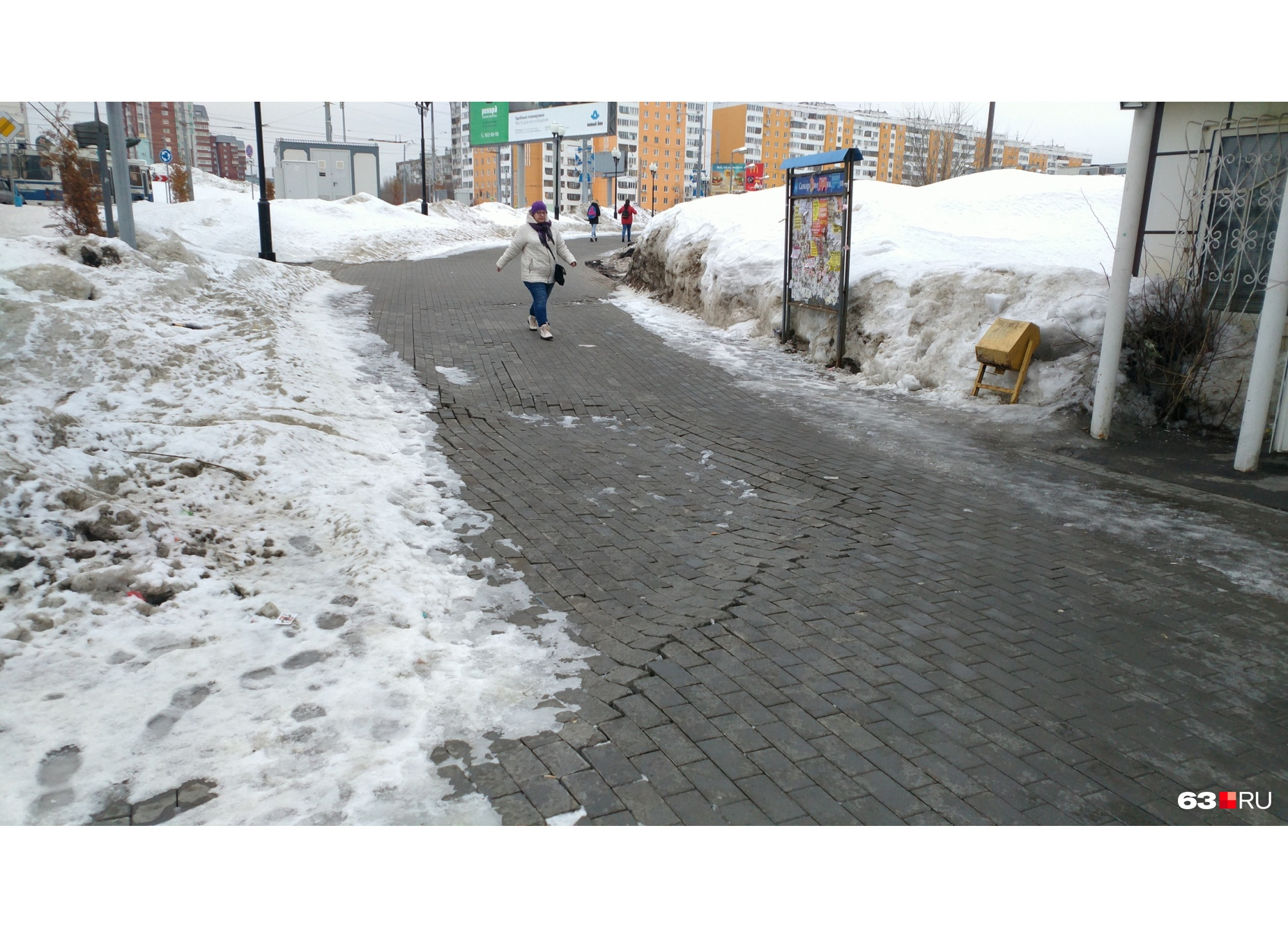 """Реконструкцию Московского шоссе проводили в 2014–2017 годах; а в 2018-м уже <a href=""""https://63.ru/text/gorod/54281581"""" target=""""_blank"""" class=""""_"""">начались провалы</a> плитки<br>"""