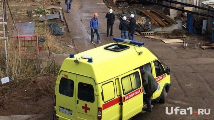 В Уфе на машину скорой упали стройматериалы: пострадал врач