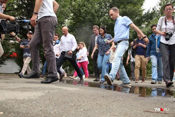 Наталье Котовой во время объезда микрорайона пришлось буквально прыгать через лужи
