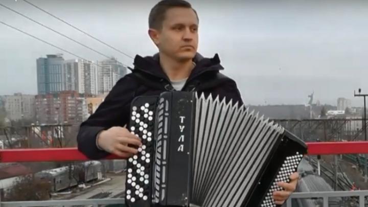 «Не остаться в этой траве»: волгоградец сыграл символичную песню Виктора Цоя на фоне Мамаева кургана