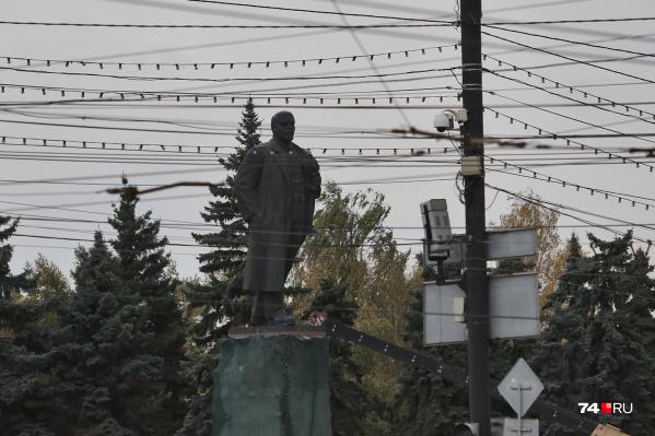 Похоже, Владимир Ильич тоже не в восторге от многочисленных проводов, раскинутых на площади
