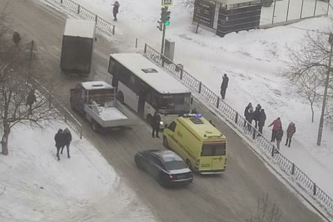 В Екатеринбурге девушка, которая перебегала улицу, попала под колеса автобуса