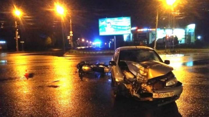 Омичка-мотоциклистка после вчерашней аварии на Новокирпичной лежит в больнице с переломами и ЧМТ