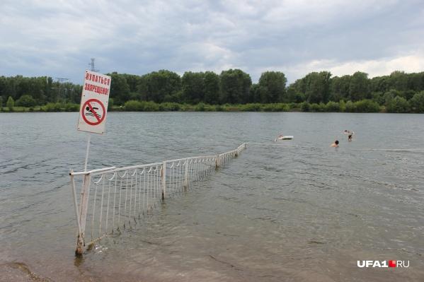 Захламленное дно со сложным рельефом, резкие перепады температуры воды и быстрое течение несут огромную угрозу несовершеннолетним пловцам