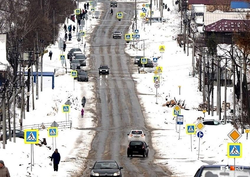 Фотография километрового участка улицы Титова в Нижних Сергах, где удалось насчитать более четырех десятков дорожных знаков. Многим из наших читателей показалось, что это полный абсурд
