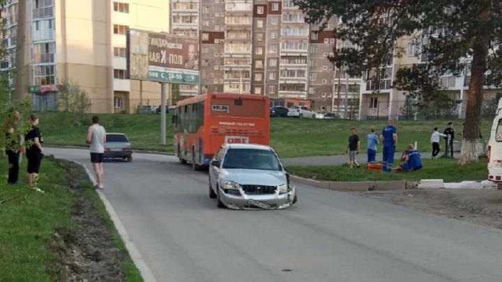 На Старой Сортировке водитель Hyundai Accent протаранил автобус и сбежал