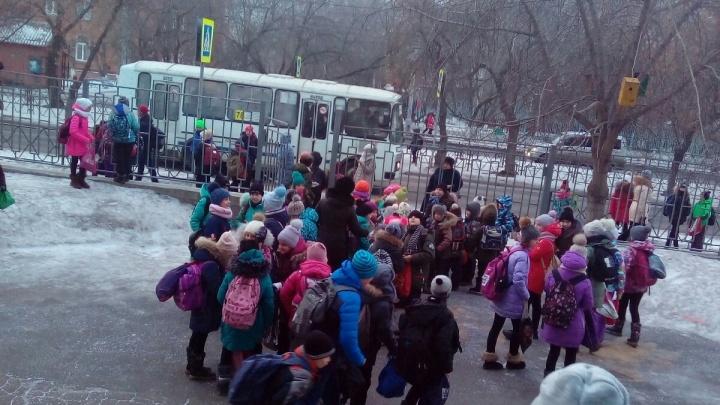 По Красноярску массово эвакуируют людей из зданий: дети рассказали, что видели дым