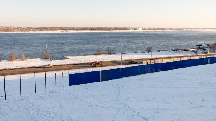 В Волгограде склон у моста через Волгу обнесли забором