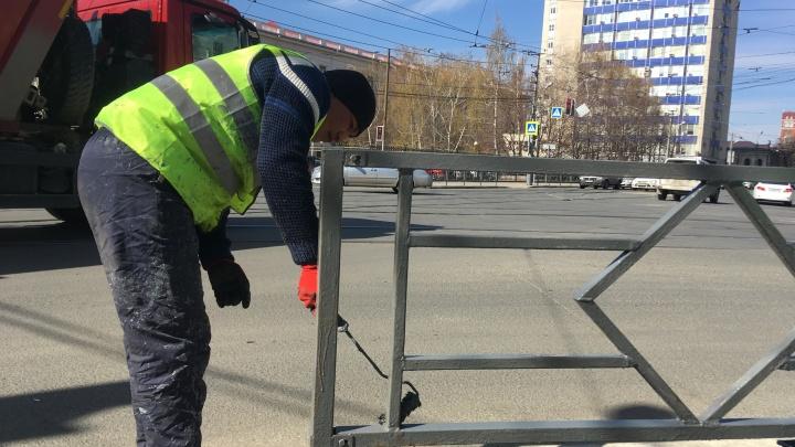 Без пыли, грязи и рекламы: в Самаре очистят пешеходные ограждения