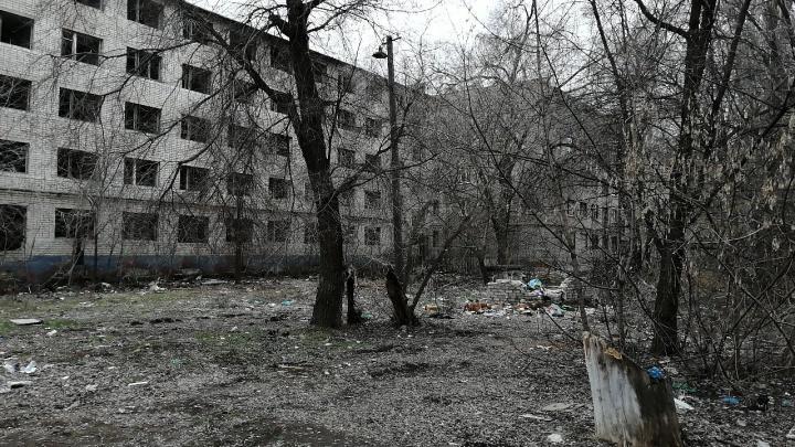 «Страшно отпускать гулять детей»: в Волгограде у заброшенной многоэтажки боятся крыс и гор мусора