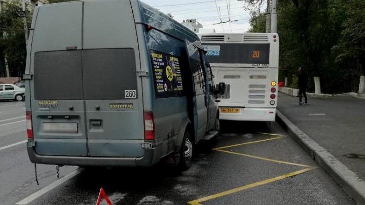 На остановке в Волгограде маршрутка № 260 врезалась в автобус № 20. Три человека в больнице