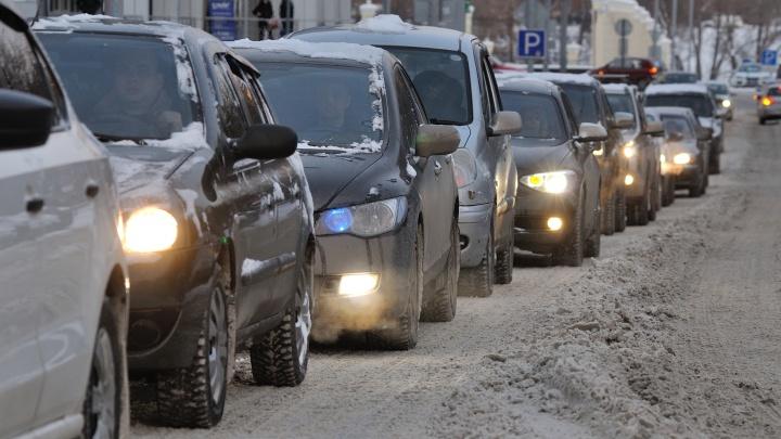 Екатеринбург встал в пробку: из-за гололедицы и снега на дорогах десятки ДТП