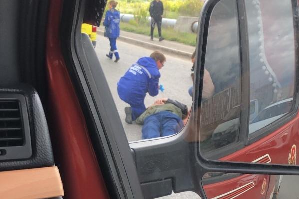Помощь пострадавшему пешеходу оказывали медики скорой помощи