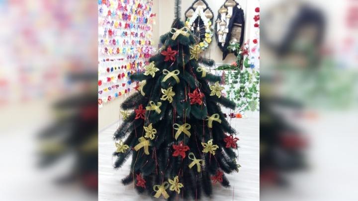 «Юмор у всех разный, у нас — чёрный»: на Урале собрали новогоднюю ёлку из похоронных венков