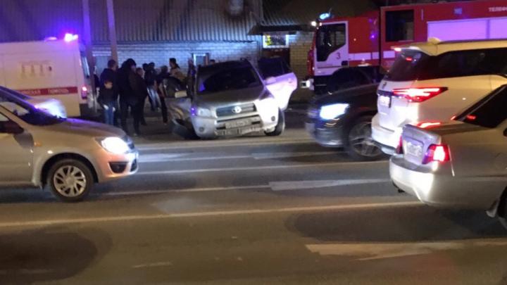 ВАЗ выбросило на тротуар: в центре Волгограда водитель иномарки отправил в больницу трех человек
