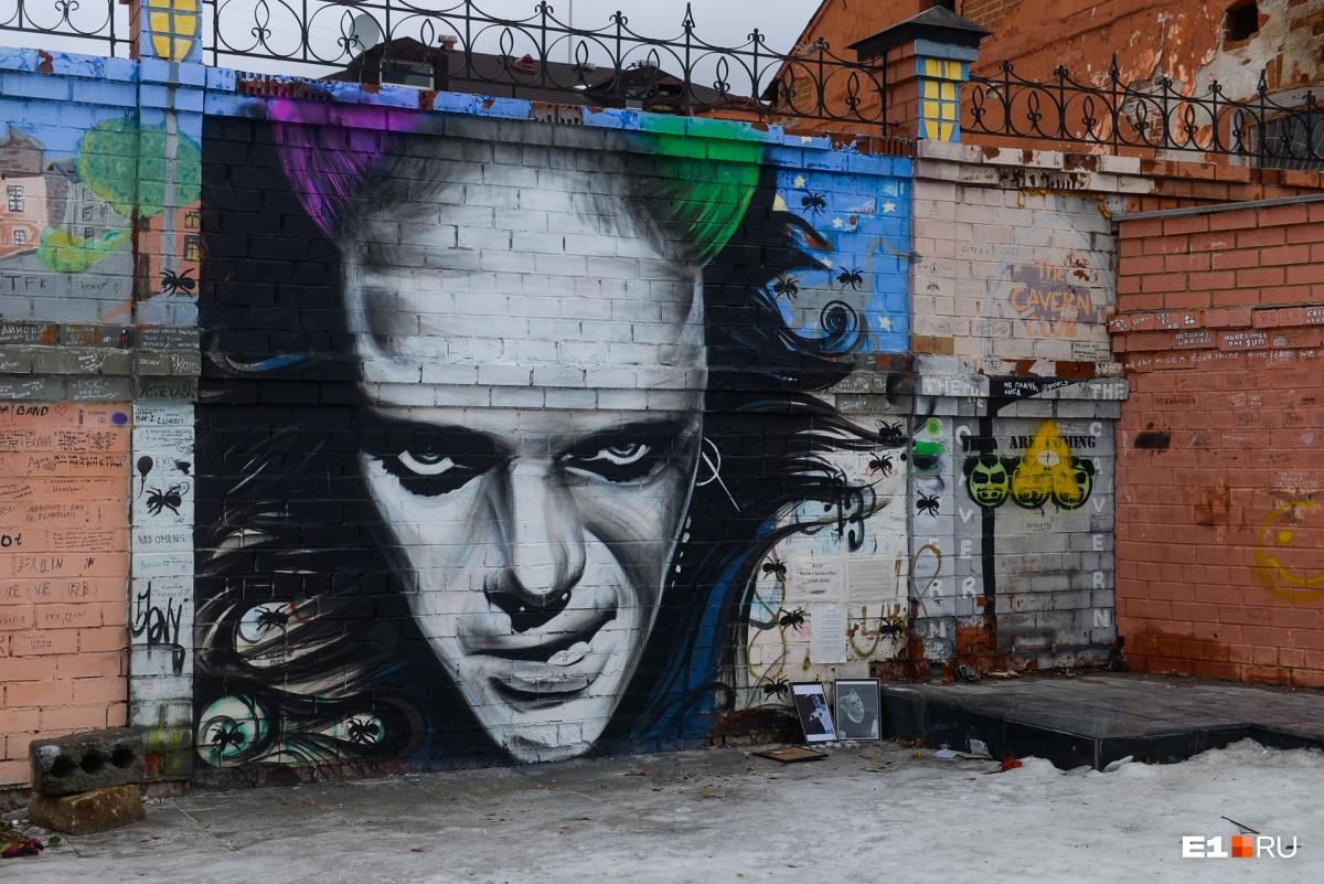 В «битловском дворике» появились граффити с портретом Кита Флинта