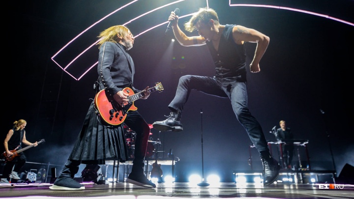 «Не потерять бы в серебре»: как 10 тысяч екатеринбуржцев пели и танцевали с «Би-2» — фоторепортаж