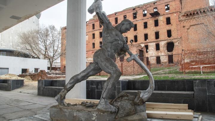 В Волгограде спасают копию скульптуры Евгения Вучетича «Перекуём мечи на орала»