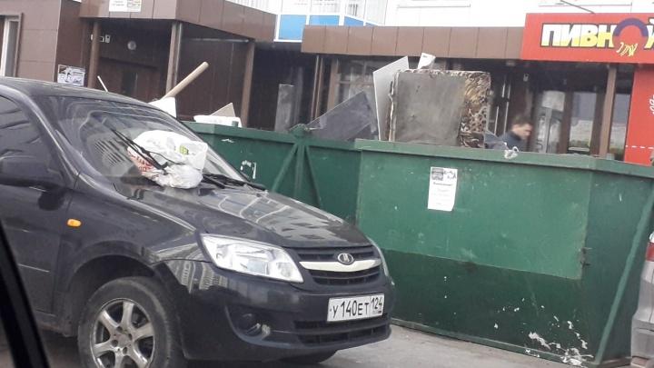 «Я паркуюсь как…»: водители Красноярска, которым пешеходы обещают пробить все четыре колеса