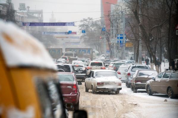 Легковушкам и грузовикам весом до 3,5 тонн сулят штрафы за летнюю резину зимой