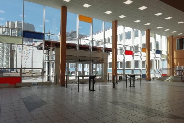 Стены центрального холла выполнены из стекла