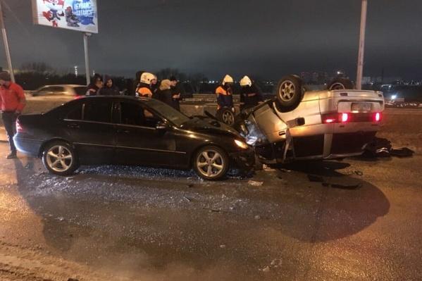 Водитель и пассажир ВАЗа получили серьезные травмы
