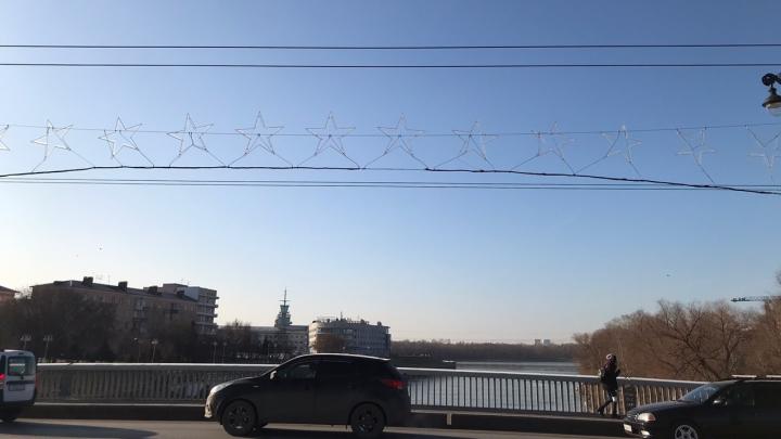 Юбилейный мост украсили светящимися звёздами к Новому году