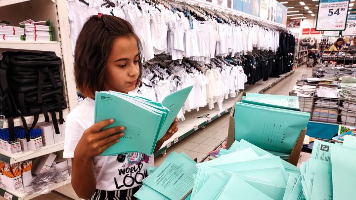 Тетради по два рубля, и блузки по 300: сколько в этом году стоит собрать ребенка в школу