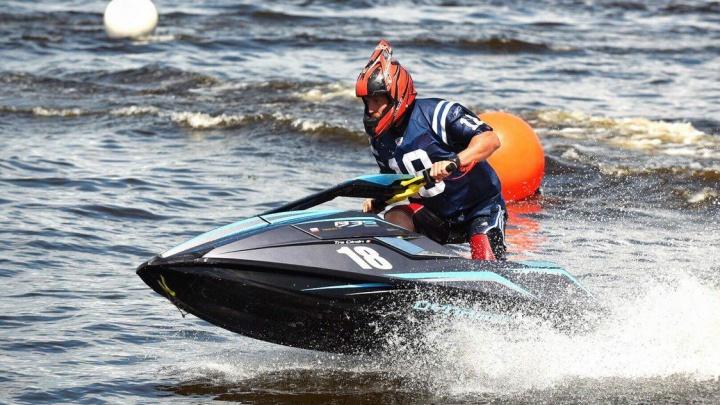 В Екатеринбурге аквабайкеры делали сальто на гидроцикле в бассейне и гоняли на скорость